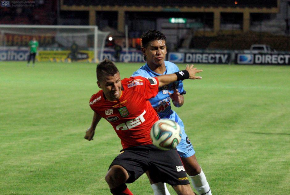 Luis Santana del Deportivo Cuenca pelea un balón con un defensor del Manta.