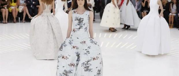 Varias modelos presentan una creación del diseñador belga, Raf Simons, para Christian Dior. EFE/Ian Langston