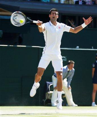 Novak Djokovic durante el encuentro en que venció a Grigor Dmitrov en semifinales de Wimbledon en Londres el 4 de julio de 2014. (AP Foto/Pavel Golovkin)