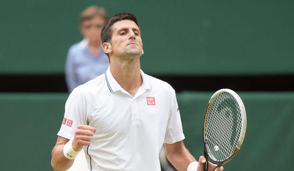 Wimbledon (Reino Unido), 06/07/2014.- Novak Djokovic de Serbia reacciona durante su partido ante Roger Federer en la final de Wimbledon en el All England Lawn Tennis Club, en Londres,  06 Julio 2014. FE/EPA/FACUNDO ARRIZABALAGA