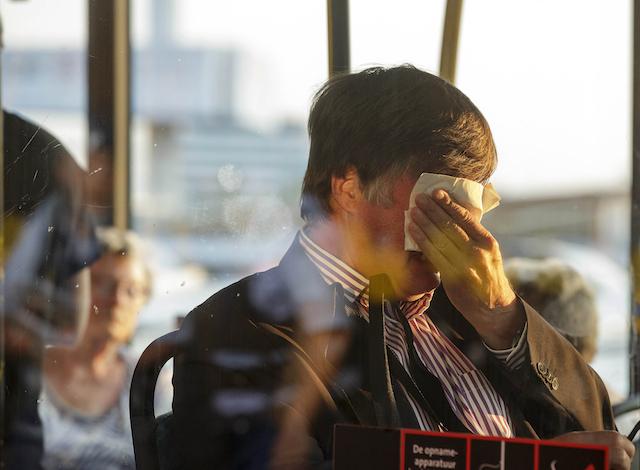 El familiar de una persona que iba a bordo del avión de Malaysia Airlines. (Foto AP/Phil Nijhuis)