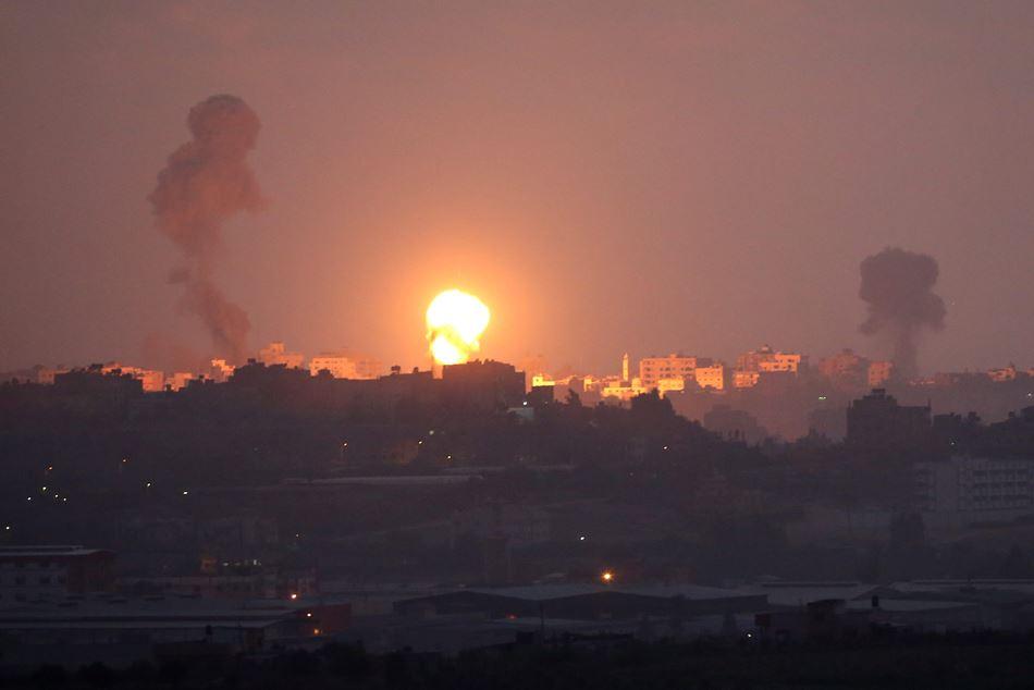 Vista del humo luego de que un cohete fuera lanzado desde la franja de Gaza hacia el sur de Israel hoy, martes 8 de julio de 2014.  EFE/ABIR SULTAN