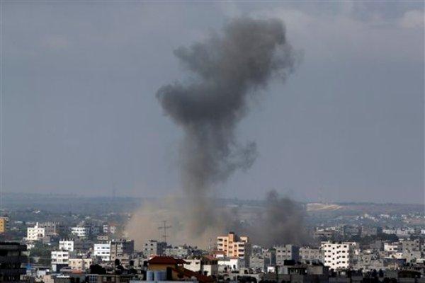 Una columna de humo se alza tras un ataque de misil israelí en Ciudad de Gaza, en la Franja de Gaza, el 18 de julio de 2014. (AP Photo/Lefteris Pitarakis)
