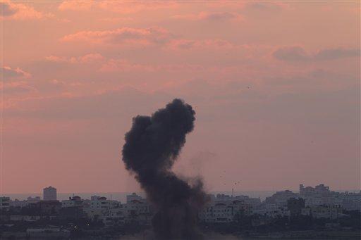 Una columna de humo se eleva tras un ataque de misil israelí en la Franja de Gaza, visto desde la frontera entre Gaza e Israel, el 16 de julio de 2014. El ejército israelí dijo el jueves haber frustrado un ataque de 13 milicianos de gaza que habían entrado en Israel a través de un túnel, apenas unas horas antes de que entrase en viguro una pausa humanitaria de cinco horas en los combates entre Israel y Hamas. (AP Photo/Ariel Schalit)