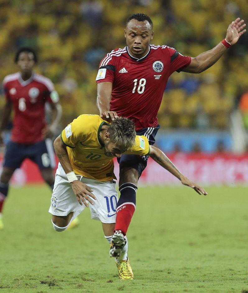 El delantero brasileño Neymar (i) cae ante el defensa colombiano Juan Zúñiga, durante el partido Brasil-Colombia, de cuartos de final del Mundial de Fútbol de Brasil 2014, en el Estadio Castelão de Fortaleza, Brasil, hoy 4 de julio de 2014. EFE/Mauricio Dueñas