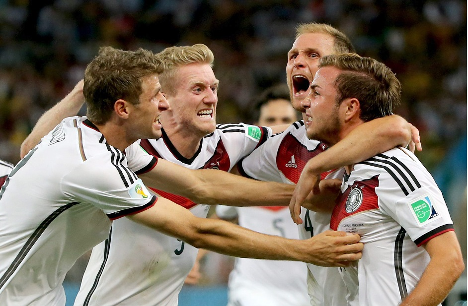 Rio De Janeiro (Brazil), 13/07/2014.- Mario Goetze (R) of Germany celebrates with teammates after scoring the opening goal during the FIFA World Cup 2014 final between Germany and Argentina at the Estadio do Maracana in Rio de Janeiro, Brazil, 13 July 2014.