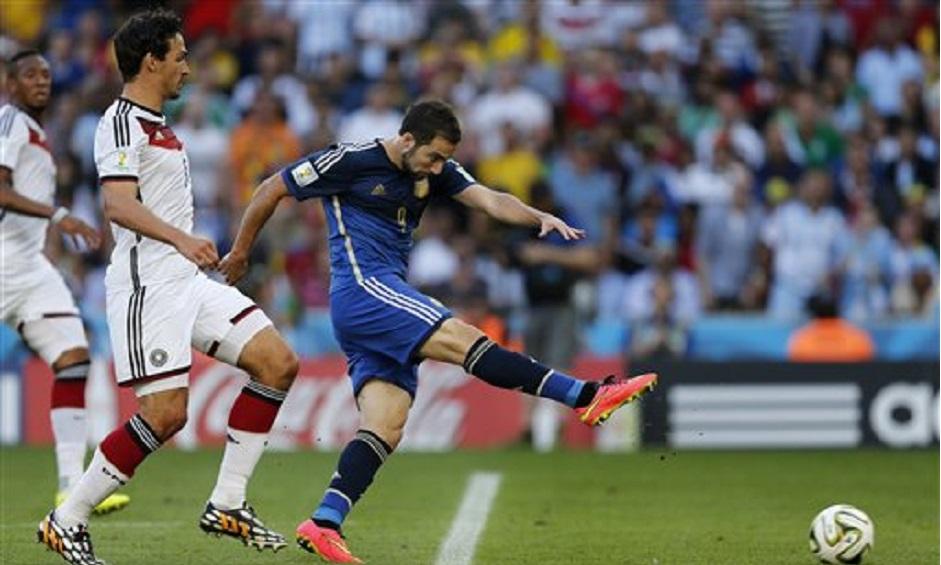 El jugador de Argentina, Gonzalo Higuaín, derecha, falla un remate al arco de Alemania en la final del Mundial el domingo, 13 de julio de 2014, en Río de Janeiro. (AP Photo/Frank Augstein).