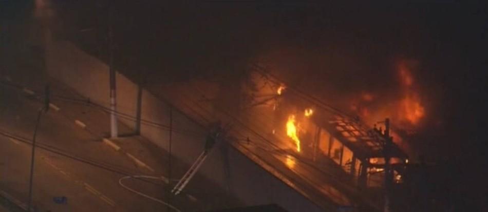 Incendio de omnibús en la zona sur de Sao Paulo. Captura de la televisión SPTV.