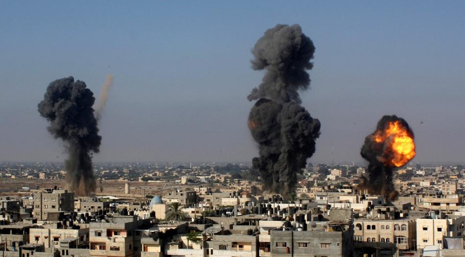 Misiles israelíes caen sobre túneles de contrabando entre Egipto y la Franja de Gazam en Rafah, en el sur del territorio, el 9 de julio de 2014.  (AP Photo/Hatem Ali)