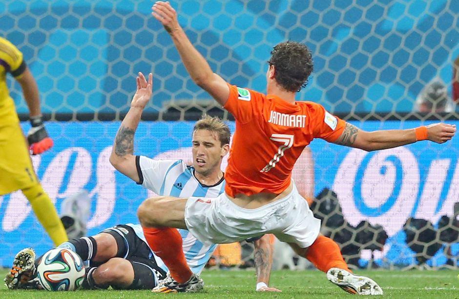 Daryl Janmaat y Lucas Biglia durante el partido Argentina - Holanda. EFE/EPA/SRDJAN SUKI