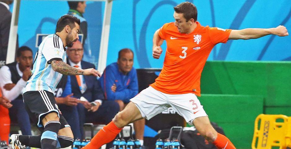 Ezequiel Lavezzi disputa un balón con Stefan de Vrij. EFE/EPA/SRDJAN SUKI