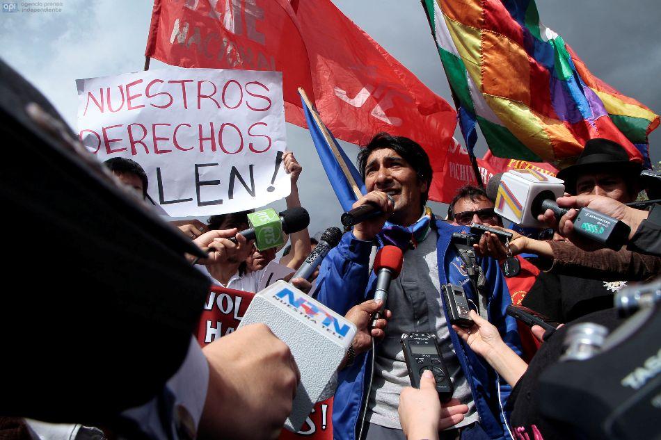 Marcha indígena en contra de la ley de aguas se dirige desde el sur de Quito hasta el Parque de El Arbolito, el 1 de julio de 2014. FOTOS API / JUAN CEVALLOS.