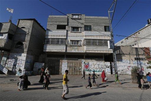 Palestinos huyendo de sus casas en el barrio de Shayaiye, en Ciudad de Gaza, después de que Israel lanzara panfletos alertando a la gente de que saliera de la zona, el 16 de julio de 2014. El ejército israelí dijo el jueves haber frustrado un ataque de 13 milicianos de gaza que habían entrado en Israel a través de un túnel, apenas unas horas antes de que entrase en viguro una pausa humanitaria de cinco horas en los combates entre Israel y Hamas..(AP Photo/Lefteris Pitarakis)
