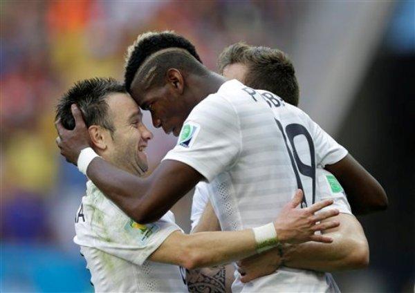 En eta foto del 30 de junio de 2014, el francés Paul Pogba (derecha) celebra con su compañero Mathieu Valbuena tras un gol frente a Nigeria en un partido de octavos de final de la Copa del mundo disputado en Brasilia (AP Foto/Ricardo Mazalán, archivo)