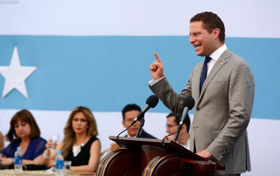 El alcalde de Quito, Mauricio Rodas, en la sesión solemne del 15 de julio de 2014, por el aniversario de la fundación de Guayaquil. API/Marcos  Pin