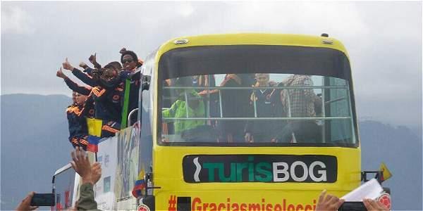 Los jugadores de la selección de Colombia saludan a los hinchas a su arribo de Brasil. Foto: Twitter de la Policía de Colombia