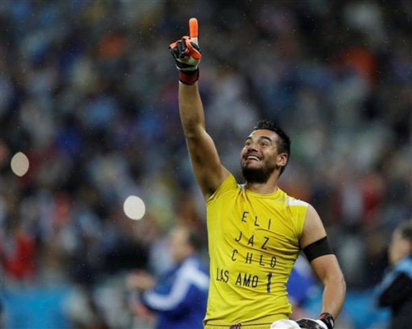 El arquero de Argentina, Sergio Romero, festeja tras superar a Holanda en una definición por penales para avanzar a la final del Mundial el miércoles, 9 de julio de 2014, en Sao Paulo. (AP Photo/Natacha Pisarenko)