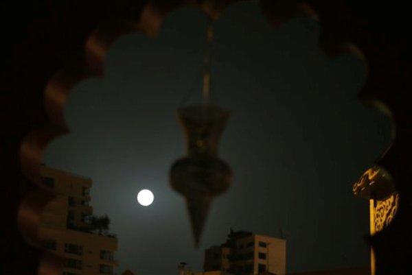 Súper luna del 12 de julio de 2014 en el Líbano.  (AP Photo/Hussein Malla)