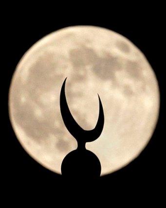 Una súper luna luce el sábado 12 de julio de 2014 en Pakistán. (AP Photo/Anjum Naveed)