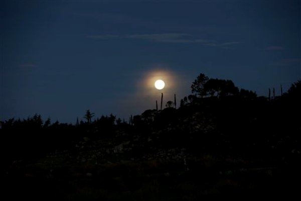 Súper luna del 12 de julio en Chiantla, Guatemala. 12 julio 2014.  (AP Photo/Moises Castillo)