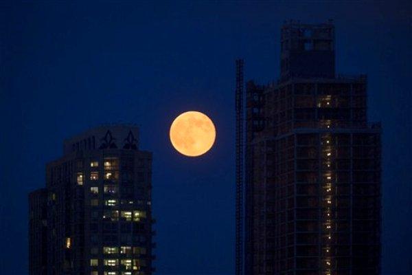 Súper luna del sábado 12 de julio de2014, en Nueva York. Más grande y brillante, y parece más cercana.  (AP Photo/John Minchillo)