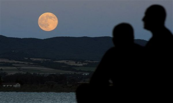 Súper luna en Macedonia el sábado 12 de julio de 2014.  (AP Photo/Boris Grdanoski)