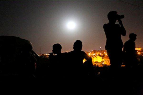 Súper luna en Israel el sábado 12 de julio 2014.  (AP Photo/Lefteris Pitarakis)