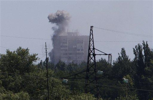 Esta fotografía muestra un edificio de apartamentos alcanzado por proyectiles de artillería en Shajtarsk, en la región del Donetsk, en el oriente de Ucrania, el lunes 28 de julio del 2014. (Foto AP /Dmitry Lovetsky)
