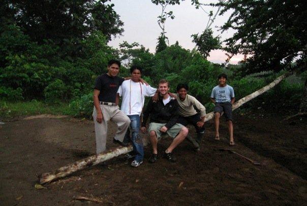 Oliver Utne, en la amazonía ecuatoriana, en fecha no determinada.  publicada en octubre de 2010 por el blog Lemonade and Origami.