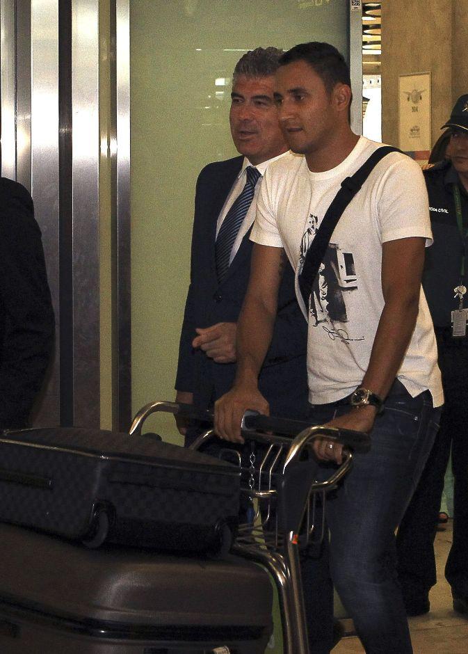 El nuevo portero del Real Madrid, el costarricense Keylor Navas, a su llegada hoy al aeropuerto Adolfo Suárez Madrid-Barajas. EFE/Diego García.