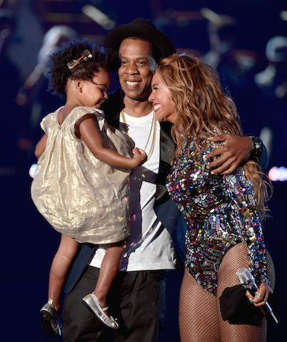 Beyonce junto a su esposo, Jay Z, y su hija, mientras recibía el premio. Foto: @HarpersBazaarmx