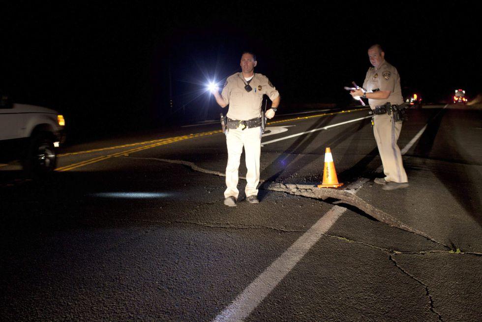 Los oficiales de la Patrulla de Caminos de California redirigen el tráfico desde una sección de la carretera 12 de California después de un terremoto de 6,0 grados de magnitud sacudió la Bahía de San Francisco a las 3:20 am hora local, cerca de Sonoma, California, EE.UU., 24 de agosto 2014.EFE/EPA/PETER DaSILVA