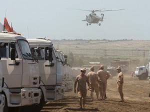 Un helicóptero militar ruso se prepara para aterrizar cerca de un grupo de camiones con ayuda humanitaria estacionados en un paraje a unos 28 kilómetros de la frontera con Ucrania en la región de Rostov, Rusia. (Foto AP/Pavel Golovkin)