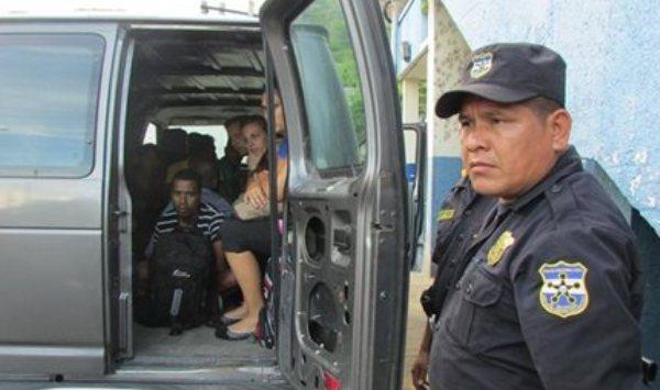 Migrantes ilegales capturados en El Salvador. foto de La Prensa Gráfica, publicada el 9 de agosto de 2014.