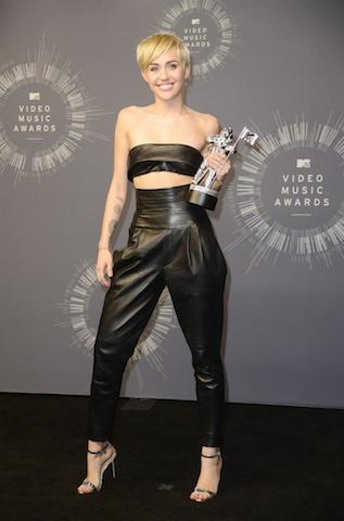 La cantante estadounidense Miley Cyrus con su premio a Video del Año por 'Wrecking Ball'. EFE / EPA / MIKE NELSON