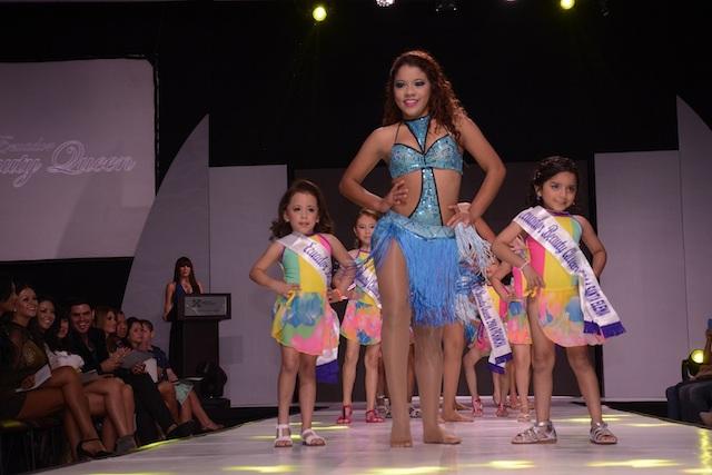 Candidatas del concurso Ecuador Beauty Queen en la pasarela