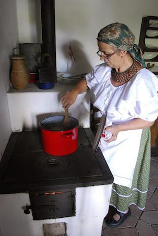 Una mujer prepara un estofado especial de oveja. EFE/MARCELO NAGY