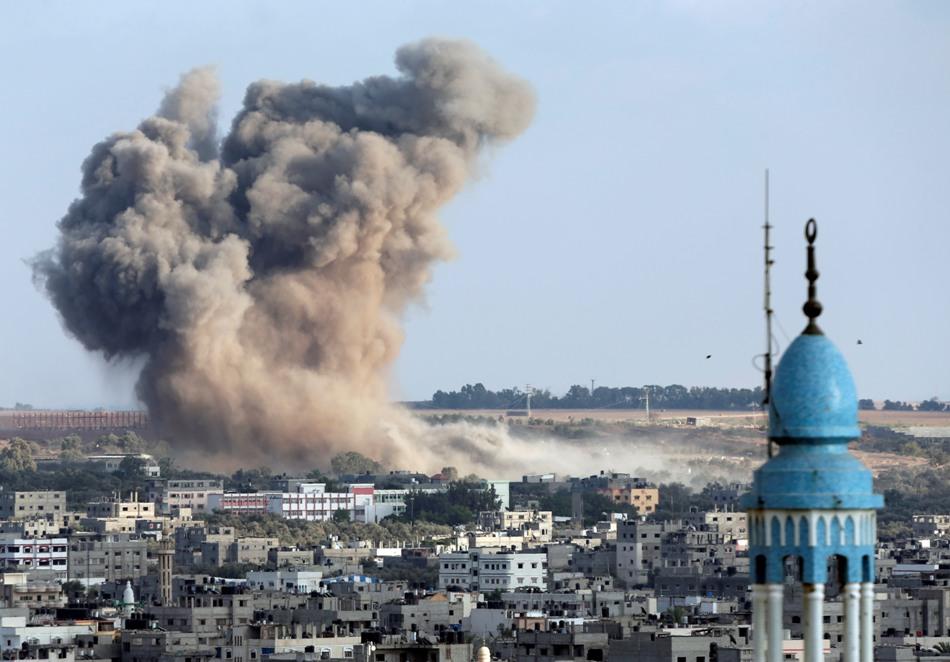 Una columna de humo se levanta sobre la Ciudad de Gaza luego de un ataque israelí el sábado 9 de agosto de 2014. (Foto de AP/Lefteris Pitarakis)