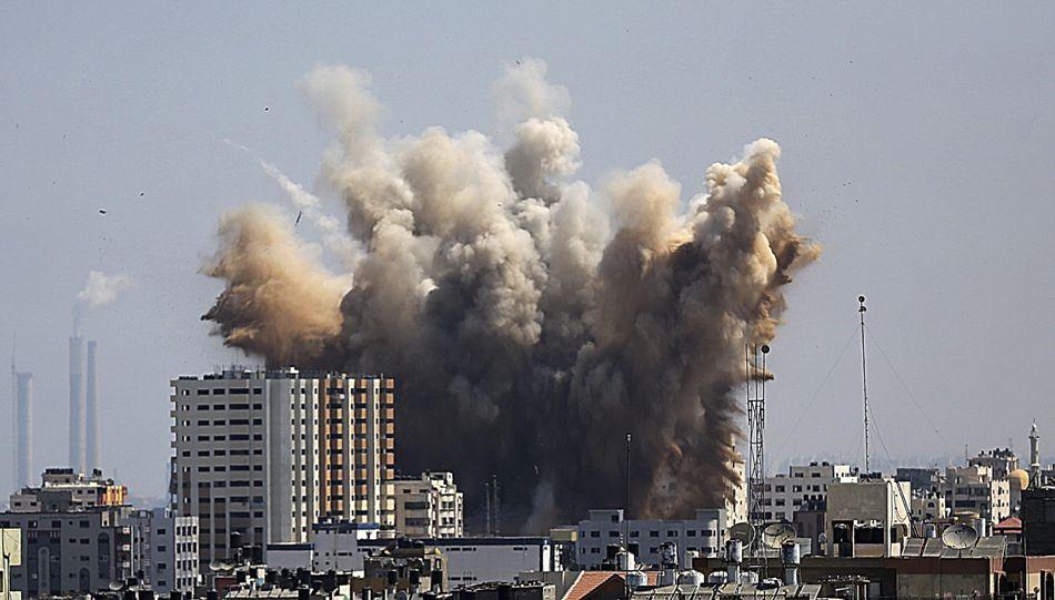 Una columna de humo se eleva tras un ataque aéreo de Israel sobre el norte de Gaza hoy, viernes 8 de agosto de 2014. EFE/Mohammed Saber
