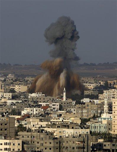 Una nube de humo y escombros se eleva luego de un ataque israelí en la Ciudad de Gaza, en el norte de la Franja de Gaza, el martes 19 de agosto de 2014. (Foto AP/Adel Hana)