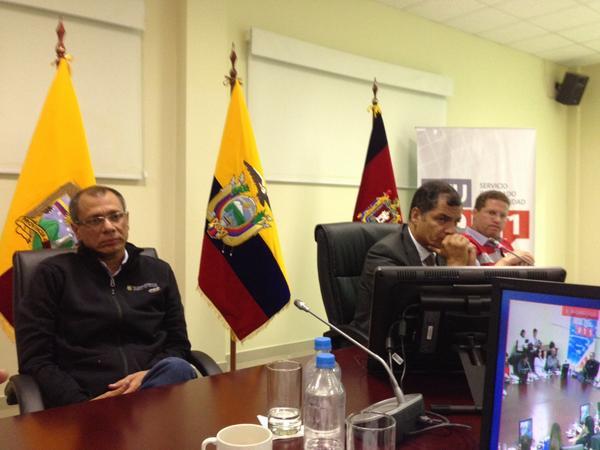 El vicepresidente Jorge Glas, el presidente Rafael Correa, y el alcalde de Quito, Mauricio Rodas, la noche del sábado 16 de agosto de 2014, en el ECU911. Foto tuiteada por la ministra de Defensa, María Fernanda Espinosa.