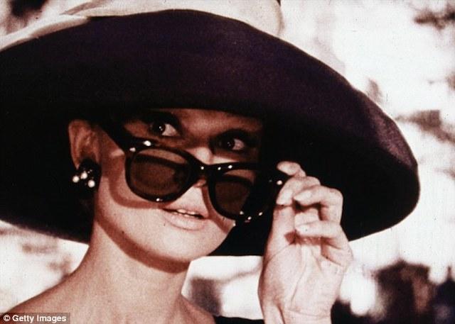 Hepburn en 1961 en un fotograma de una de sus películas más famosas, Breakfast at Tiffany's