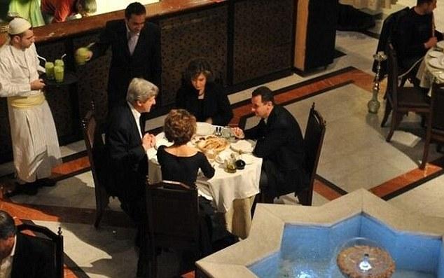 Esta asombrosa fotografía muestra al secretario de Estado estadounidense John Kerry y su esposa con una cena íntima con el dictador sirio Bashar al-Assad y su esposa en 2009
