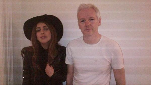 La cantante de pop Lady Gaga visitó a Julian Assange en la embajada ecuatoriana en Londres.