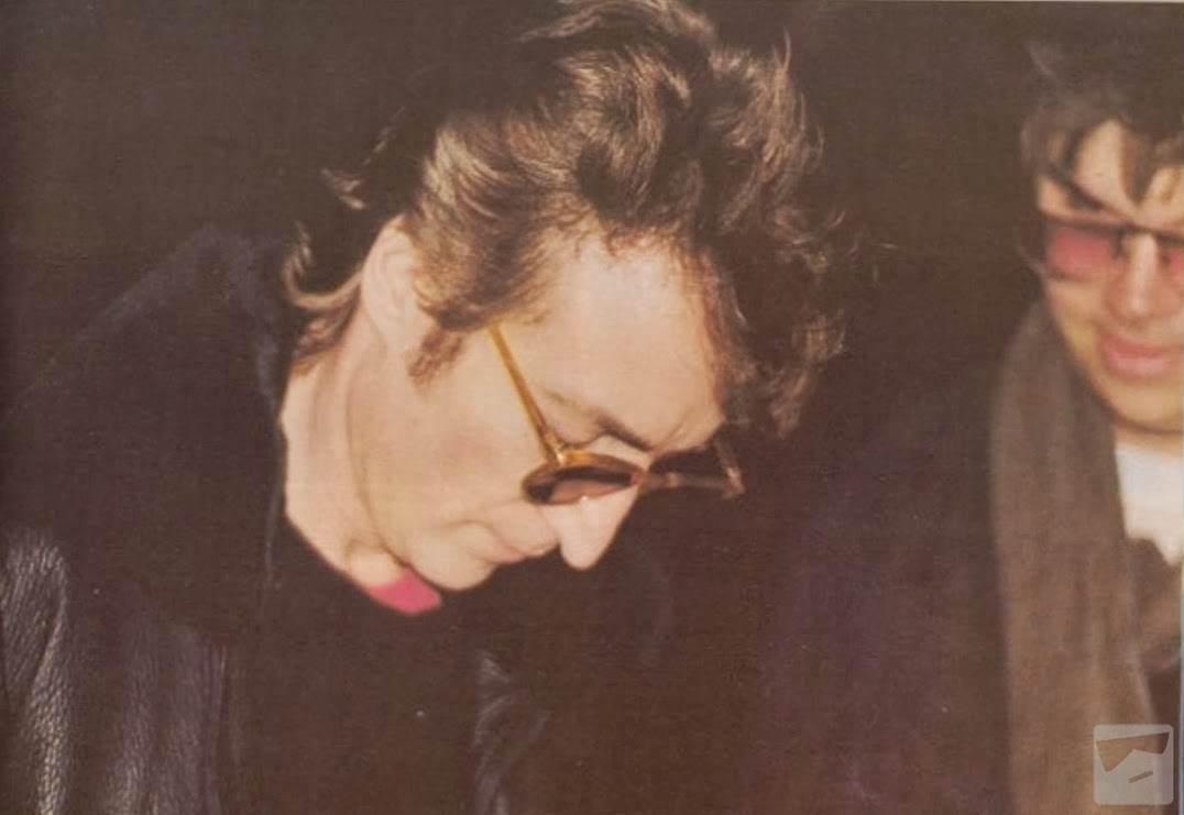 John Lennon firmando un disco a Mark David Chapman. John Lennon firmando un disco a Mark David Chapman, quien momentos después, lo asesinaría.