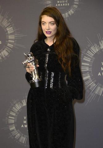 """Lorde con su premio al Mejor Video Rock por su canción """"Royals"""". EFE / EPA / MIKE NELSON"""