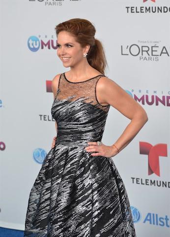 Lucero posa a su llegada para la entrega de los Premios Tu Mundo. EFE/Gaston de Cardenas