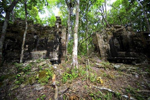 Ruinas de una antigua ciudad maya llamada ahora Lagunita fueron localizadas en la selva en una zona remota del estado de Campeche, en el este de México. La foto fue tomada el 28 de octubre de 2013 y la difundió el Instituto Nacional de Antropología e Historia de México. (AP Foto/INAH, Mauricio Marat)
