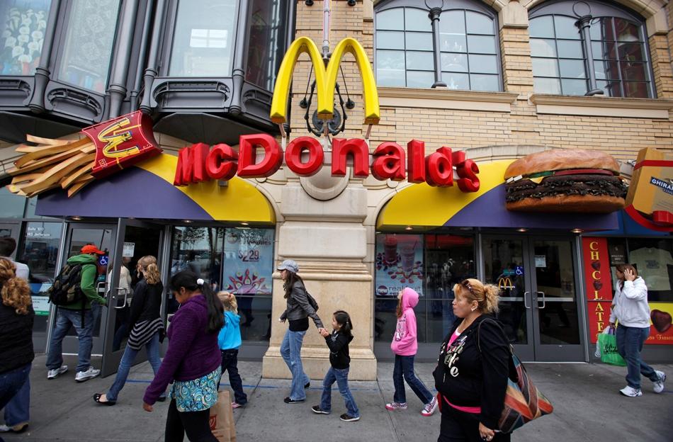 En esta imagen del 21 de julio del 2010, los peatones pasan frente a un local de McDonald's en Fisherman's Wharf en Francisco. (AP Foto/Eric Risberg, Archivo)
