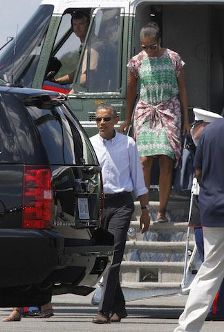 El presidente Barack Obama sale del helicóptero por delante de su esposa Michelle Obama a su llegada al aeropuerto de la isla Martha's Vineyard en West Tisbury, Massachusetts. (Foto de AP/Jacquelyn Martin)